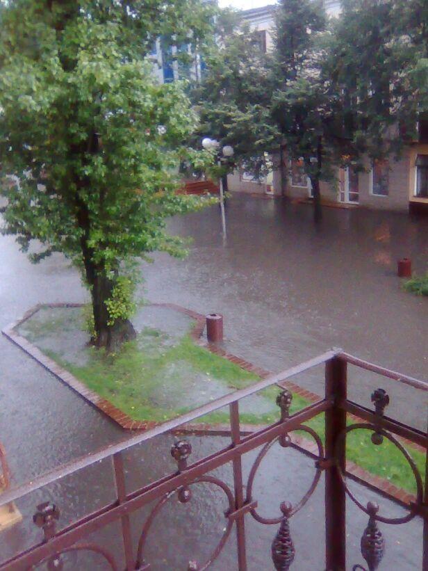 Gwałtowna burza podtopiła deptak w Grodzisku / fot. Paweł, Kontakt 24