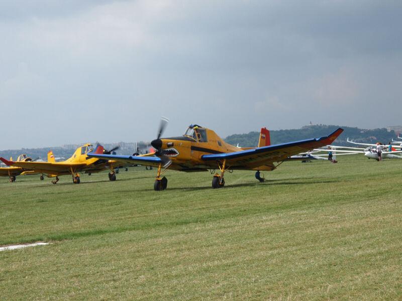 Te mocne samoloty w  godzinę zawieszały setkę szybowców nad lotniskiem Sebastian Kawa