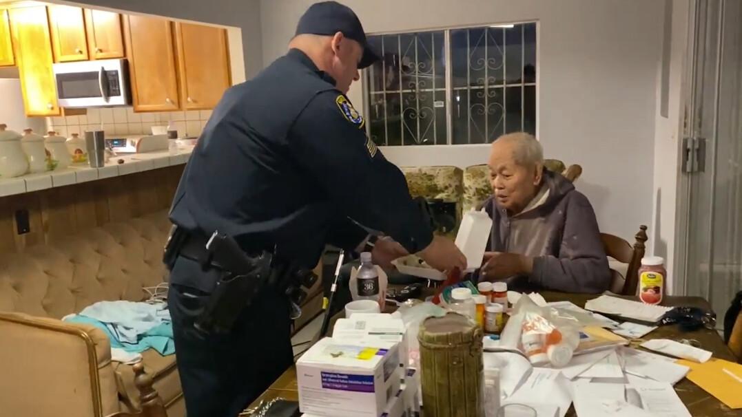 Bezinteresowna pomoc policjantów. Zrobili zakupy dla 95-latka