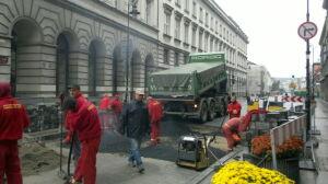 Zrywają kostkę na Krakowskim Przedmieściu