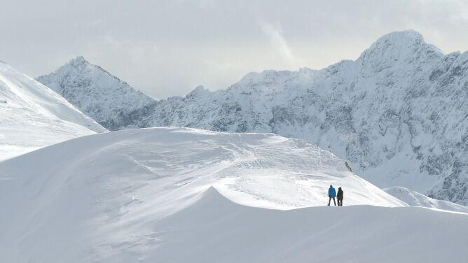 """Trudne warunki w wysokich Tatrach. Obowiązuje lawinowa """"dwójka"""""""