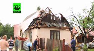Nawałnica nie oszczędziła dachów i drzew (TVN24)